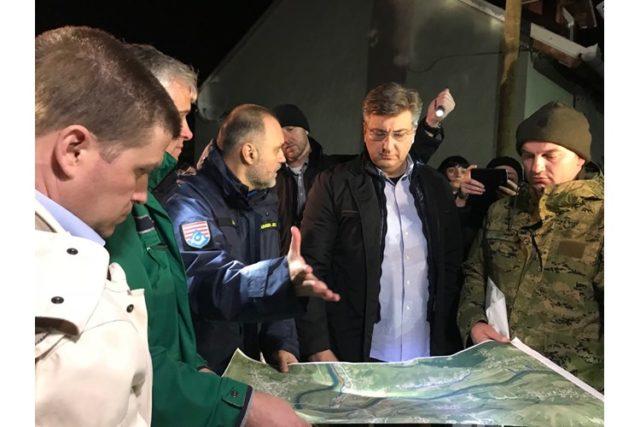Predsjednik Vlade Plenković u noćnim satima obišao kritična mjesta izlijevanja karlovačkih rijeka