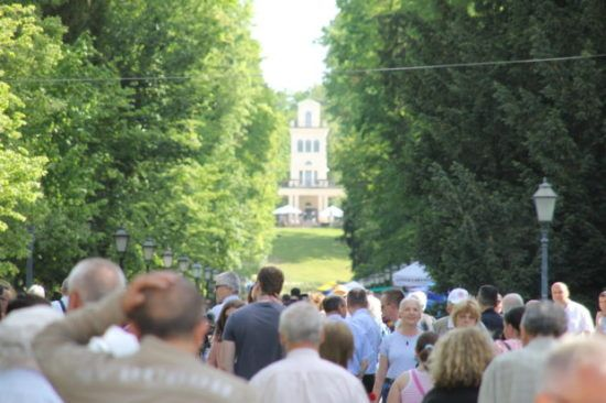 Na proslavu 1. svibnja u zagrebački park Maksimir od jutra pristižu građani, mažoretkinje oduševile građane