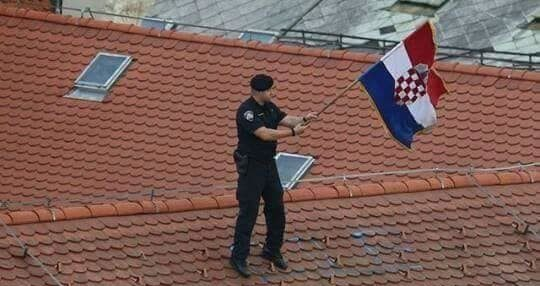 """Domoljubna Hrvatska"" Policajac na krovu zgrade maše zastavom u čast Vatrenih"