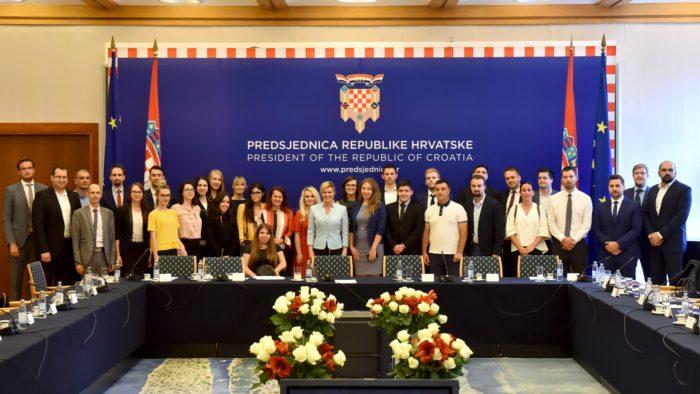 """Okrugli stol """"Biti mlad i ostati živjeti u Hrvatskoj"""" – Predsjednica Grabar-Kitarović: Pravo domoljublje je vaša pozitivna perspektiva, pozitivni stav prema svojoj zemlji"""