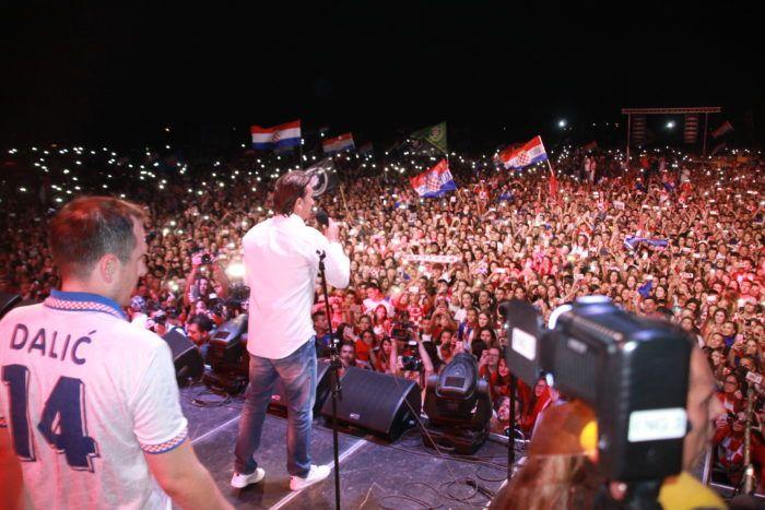 Spektakularan doček izborniku srebrne Hrvatske nogometne reprezentacije Zlatku Daliću u rodnom Livnu