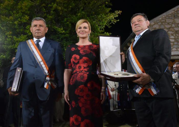 Predsjednica Republike Grabar-Kitarović nazočila svečanosti povodom prijema ratnih zapovjednika i uručila visoka odlikovanja generalima Markaču i Gotovini