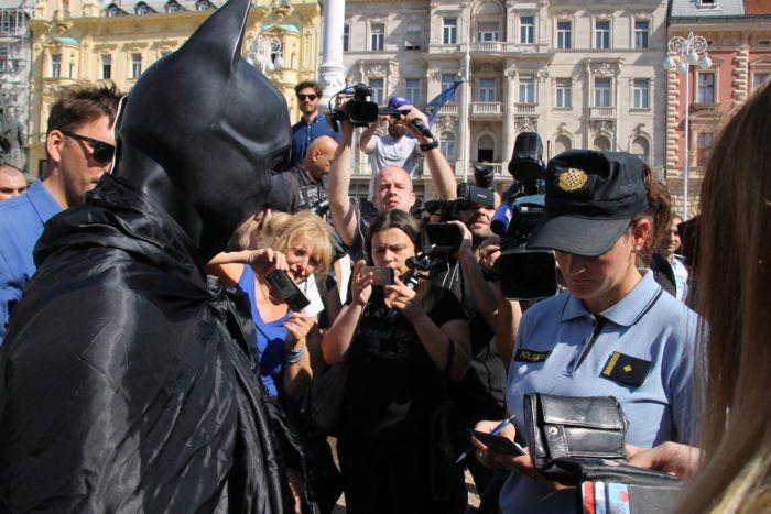 """Štrajkaši iz Uljanika i 3. maja stigli na Trg bana Jelačića – Batman s porukom: """"To do list: save Gotham City"""""""