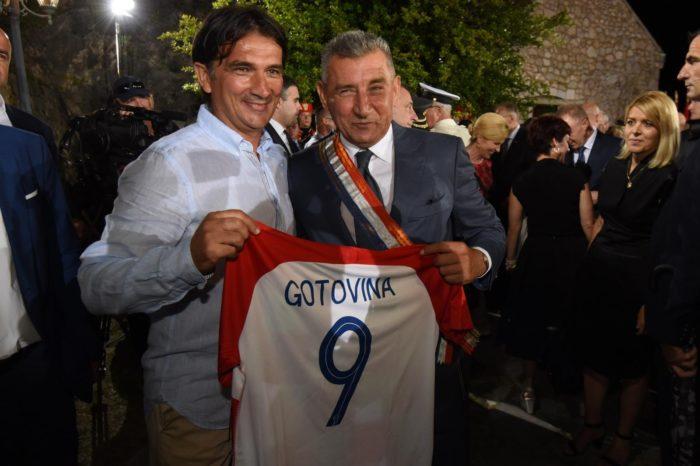 Zlatko Dalić odlikovanim generalima Gotovini i Markaču darovao kockaste dresove s njihovim prezimenima