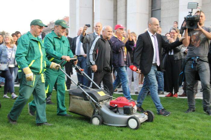 Zagrebački šef Bandić odjeven u odoru Zrinjevca košnjom obilježio završetak uređenja Trga žrtava fašizma