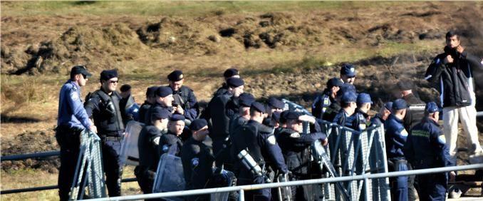 MUP: Migranti u Maljevcu gađali hrvatske policajce kamenjem