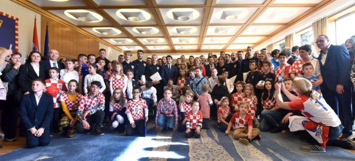 Predsjednica Republike Grabar-Kitarović odlikovala igrače i stručni stožer Hrvatske nogometne reprezentacije