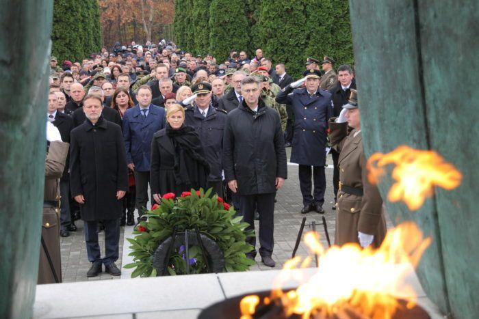 VUKOVAR – Državna i druga izaslanstva položila vijence i zapalila svijeće na Memorijalnom groblju