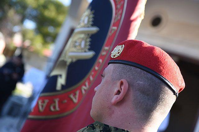 """Na prisegi novim pripadnicima bojne """"Pauci"""" uručene crvene beretke"""