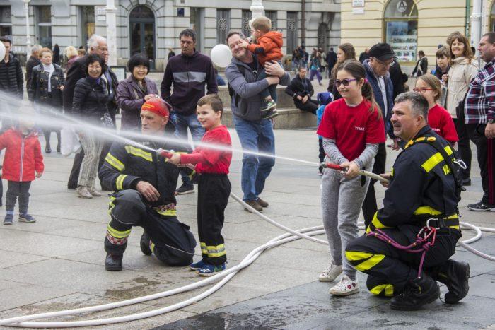 """Vatrogasci obilježili blagdan sv. Florijana: U Zagrebu je održana edukativna akcija """"Pomozi i ti, nazovi 193"""""""