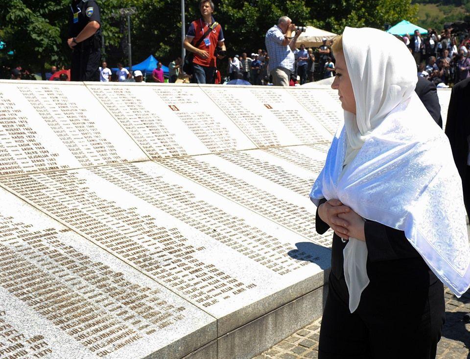 """Grabar-Kitarović poslala poruku majkama Srebrenice: """"danas sam u mislima i molitvi s vama. I sa svima kojima je oduzet život u srebreničkom genocidu"""""""