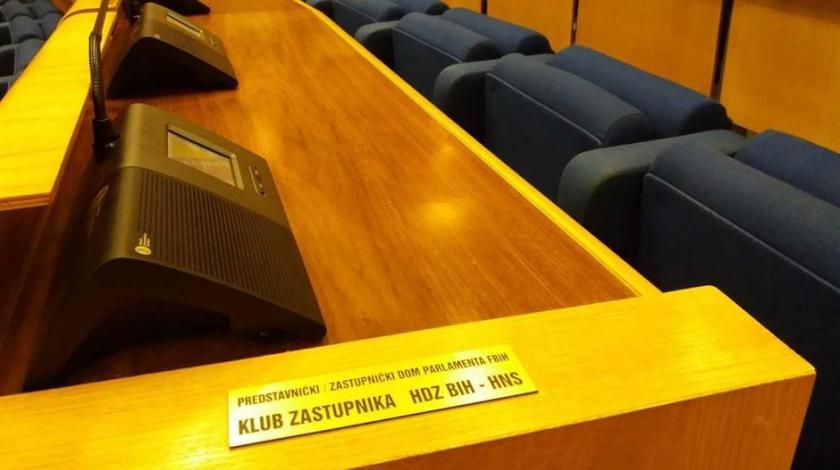 Blokiran rad parlamenta Federacije BiH, Hrvati prosvjeduju zbog najave brisanja hrvatskih naziva