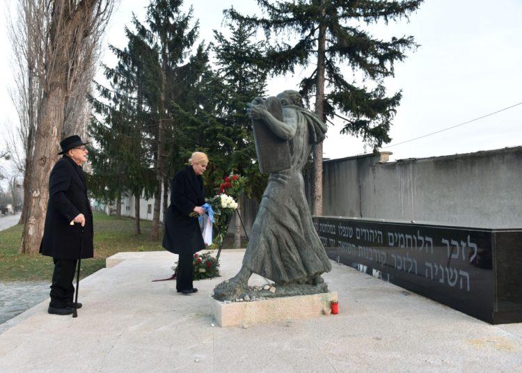 Međunarodni dan sjećanja na žrtve holokausta-Predsjednica Kolinda Grabar Kitarović i Lustig položili cvijeće na židovskom groblju na Mirogoju