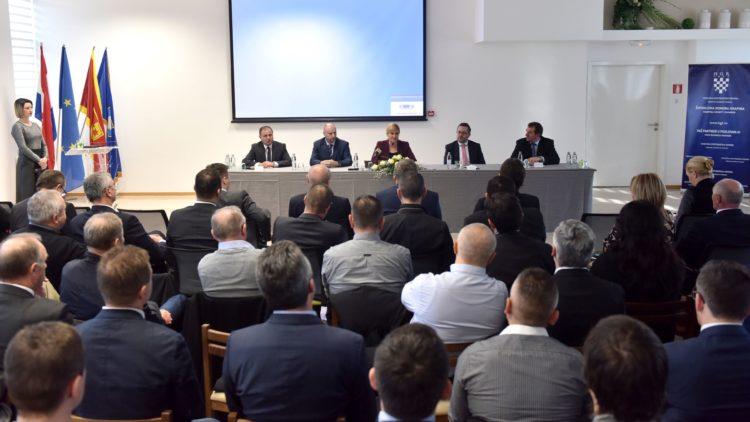 Predsjednica Grabar-Kitarović: Još imamo 320.000 blokiranih građana, potrebne su i druge mjere
