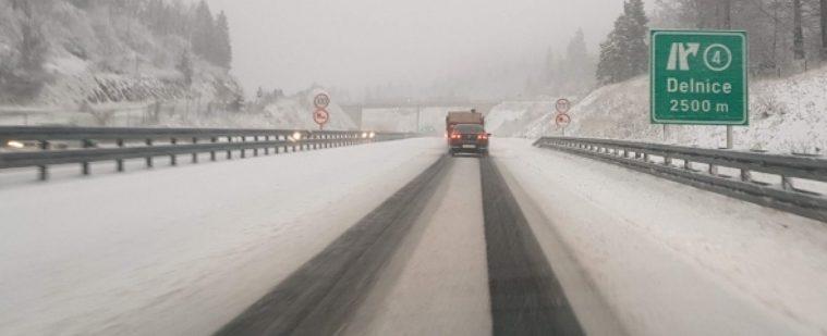 STANJE NA CESTAMA-HAK: Nema slobodne ceste za kamione s prikolicom prema Dalmaciji i Rijeci, Bura i dalje bjesni