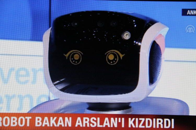 NIJE GA RAZUMIO-Brbljavi robot pokvario planove turskom ministru