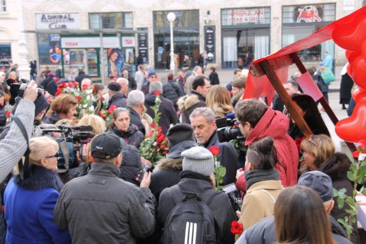 Bandić zajedno s članicama svoje stranke povodom Valentinova Zagrepčanke darivao ružama