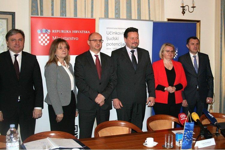 U Ministarstvu uprave potpisani ugovori vrijedni više od 53 milijuna kuna koji će pomoći u reformi javne uprave