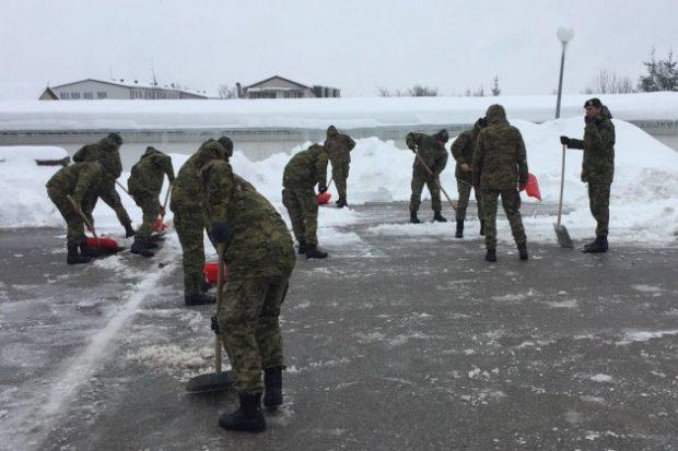Hrvatska vojska angažirana u otklanjanju posljedica snježnog nevremena u Lici