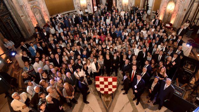 ARGENTINA – Predsjednica Grabar-Kitarović uručila odlikovanja i priznanja istaknutim pojedincima, udrugama i klubovima hrvatskog iseljeništva