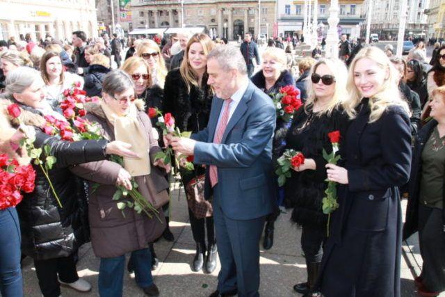 Gradonačelnik Bandić podijelio ruže i uputio čestitku u povodu Međunarodnog dana žena