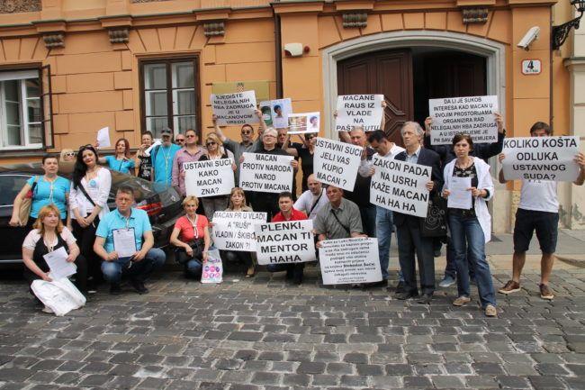 Oštećenici RBA zadruga, aktivisti udruge Ovršeni i Ovršnog ustanka, prosvjedovali ispred Vlade RH