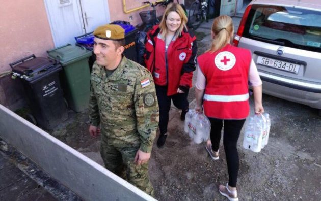 POMOĆ STANOVNIŠTVU – Hrvatska vojska i Crveni križ dostavljaju Brođanima pitku vodu