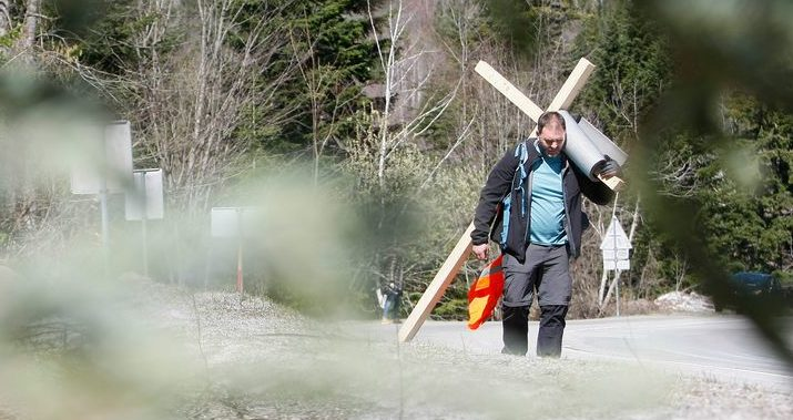 KRIŽNI PUT – Nosi križ iz Rijeke do Zagreba za djecu kojoj su potrebni skupi lijekovi