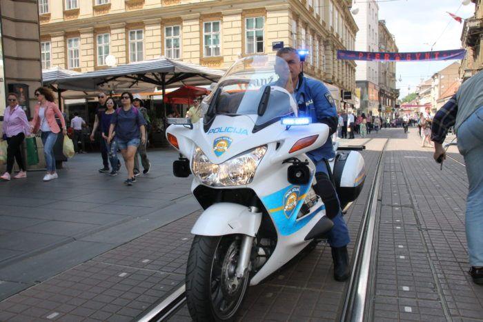 """""""HRVATSKA POLICIJA STALA U OBRANU HODA ZA ŽIVOT"""" Policija u Ilici privela sedam osoba koje su  zapriječile put sudionicima """"Hoda za život"""""""