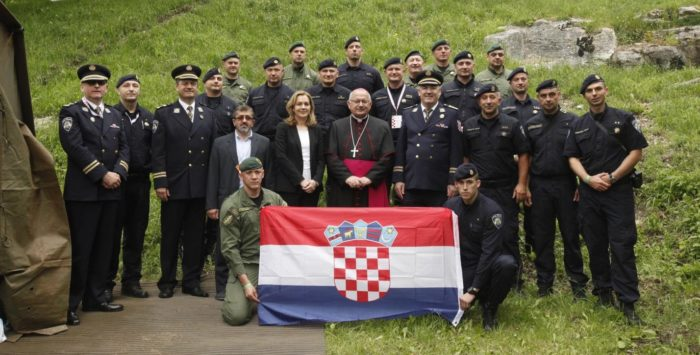 Vojni ordinarij u RH msgr. Jure Bogdan i glavni ravnatelj policije Nikola Milina posjetili policijski i vojni kamp u Lourdesu