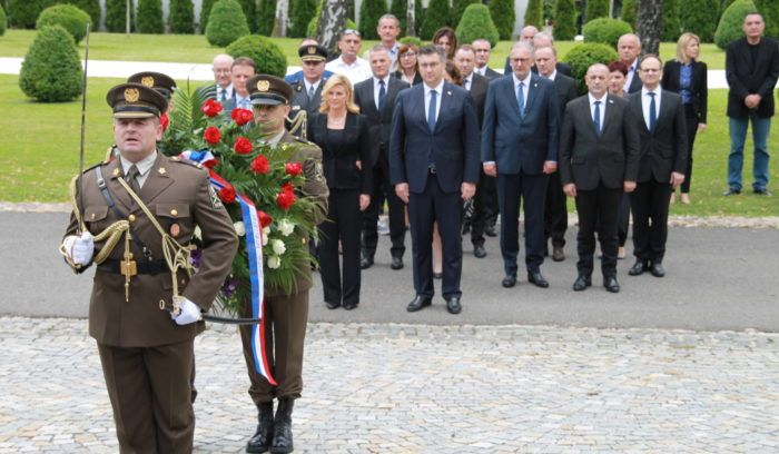 """""""DAN DRŽAVNOSTI REPUBLIKE HRVATSKE"""" Državni vrh odao počast poginulima za Domovinu"""