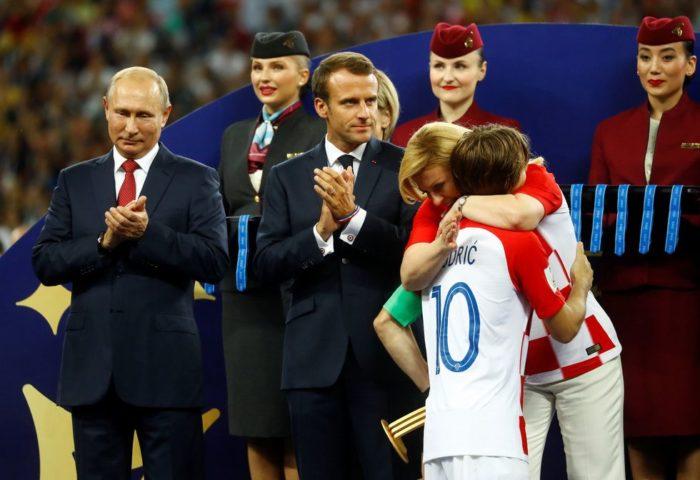 Vladimir Putin uručio medalje Vatrenima,  Hrvatska predsjednica Grabar-Kitarović zagrlila Modrića i zaplakala!