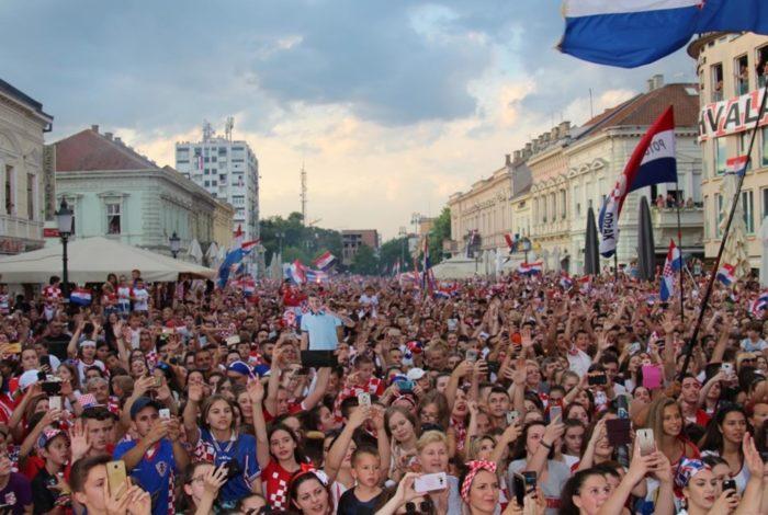 """""""Slavonski Brod vatreno"""" Više od 40 tisuća ljudi dočekalo Mandžukića u Slavonskom Brodu"""