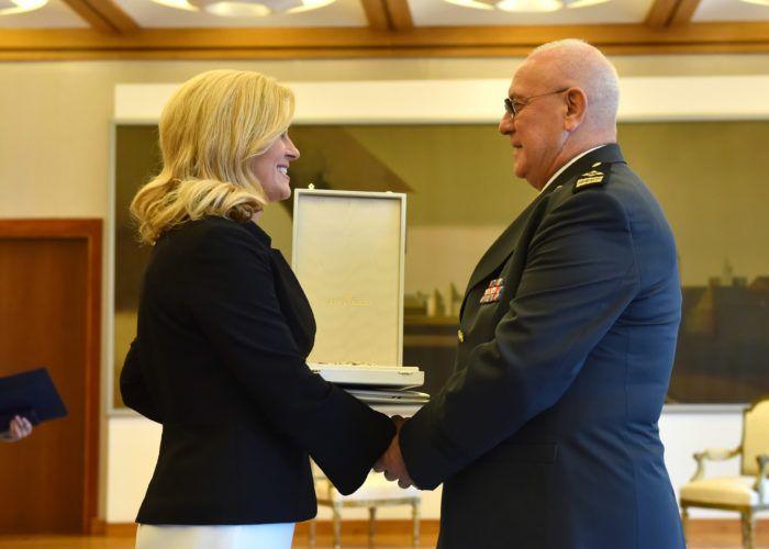 Predsjednica Grabar-Kitarović uručila odlikovanje umirovljenom generalu zbora Anti Rosi