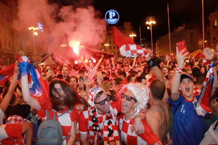 BILO JE NAPETO, ALI NA KRAJU SE SLAVILO  – Eksplozija emocija za pobjedu Hrvatske protiv Danske na SP u Rusiji
