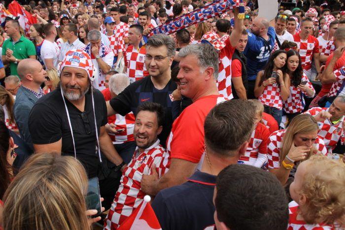 """Plenković na Strossmayerovom trgu s navijačima: """"Visili su golovi u zraku, da je bilo sreće bilo bi bolje, ali i ovo je super"""""""
