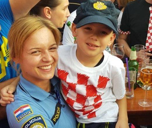 Policajka uzela dječaka u naručje i oduševila sve prisutne: Bravo policija!