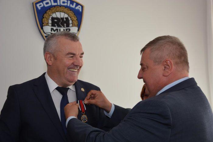 """""""DIKA HRVATSKE POLICIJE"""" Glavnom ravnatelju policije Nikoli Milini uručena medalja za policijske zasluge"""