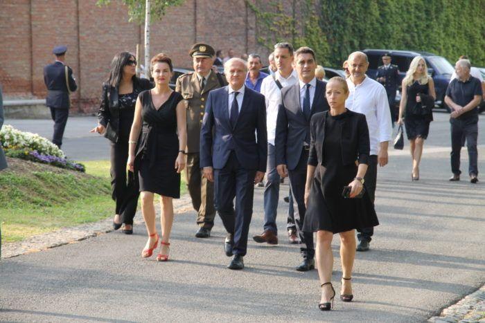 Državni vrh položio vijence na Mirogoju povodom proslave Oluje i Dana pobjede, odbili svratit na grob Gojka Šuška i generala Červenka