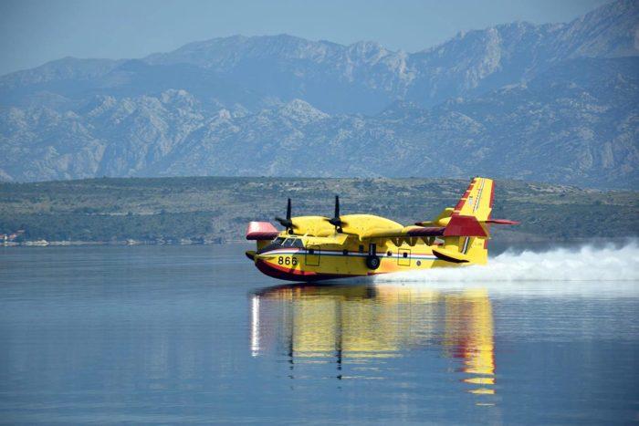 MORH:  Canadair gasio požar na Velebitu