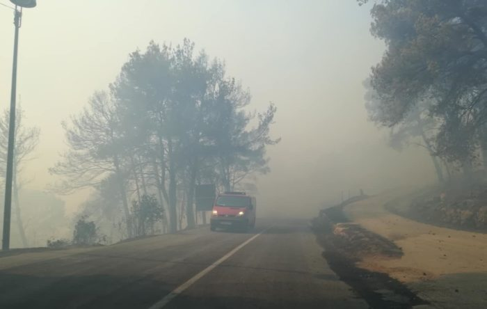 Razbuktao se požar na Pelješcu, evakuiraju se stanovnici Mokala