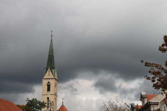 Oblačno, povremeno kiša i pljuskovi