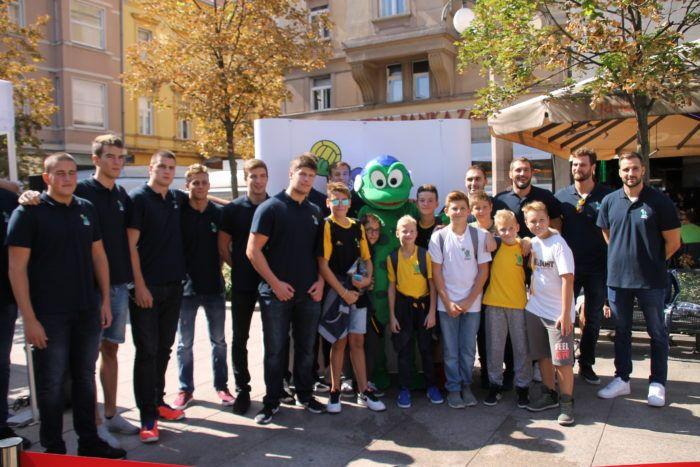 Vatrepolisti Mladosti družili se na Cvjetnom trgu s građanima
