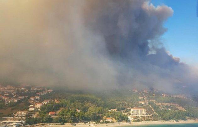 Kanaderi gase požar na Pelješcu koji se približava Orebiću, zahvatio obiteljske kuće