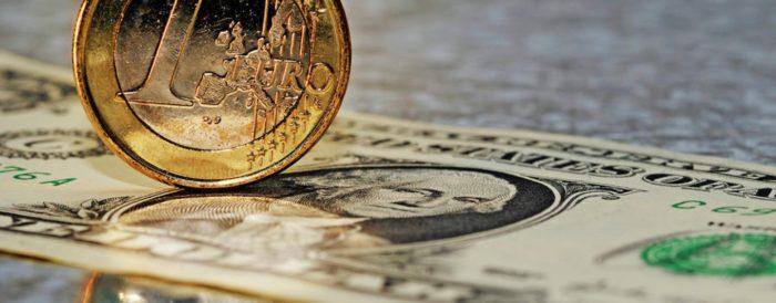 Dolar ojačao prema košarici valuta, tečaj eura pao više od 1 posto