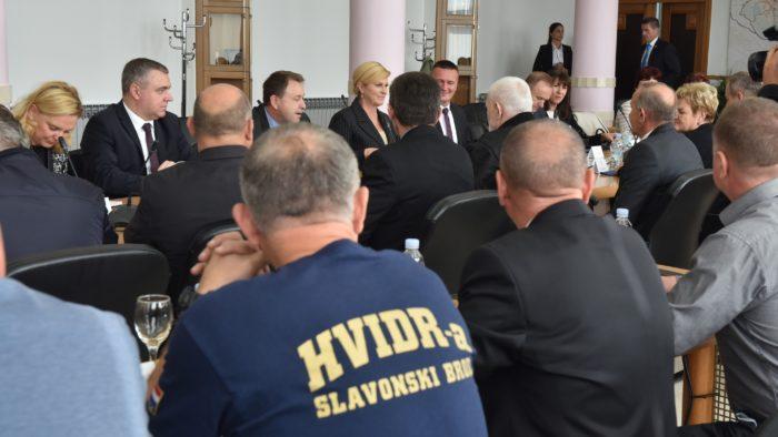 Predsjednica Grabar-Kitarović u Slavonskom Brodu s predstavnicima braniteljskih udruga