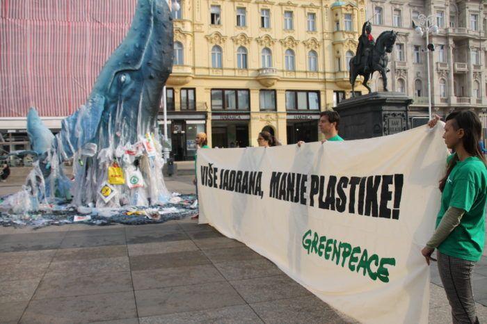 Greenpeace skulpturom kita upozorio na problem plastike u morima
