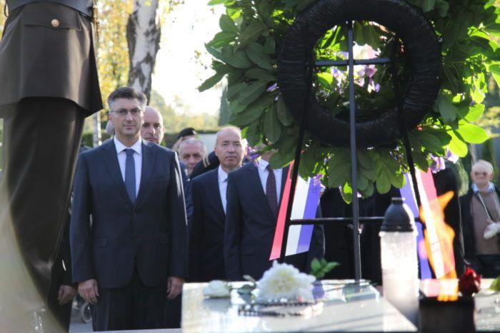 Državni vrh položio vijence i zapalio svijeće na Mirogoju u prigodi blagdana Svih svetih