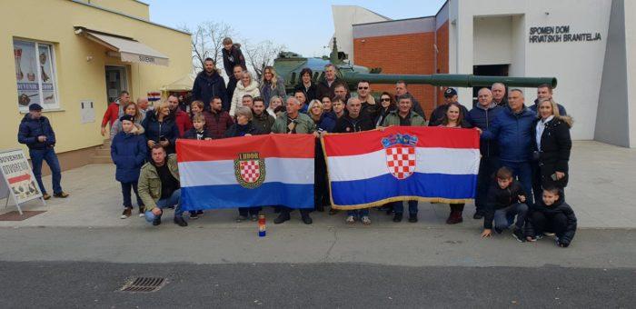 Brojni domoljubi stižu u Vukovar, odaju počast na Memorijalnom groblju