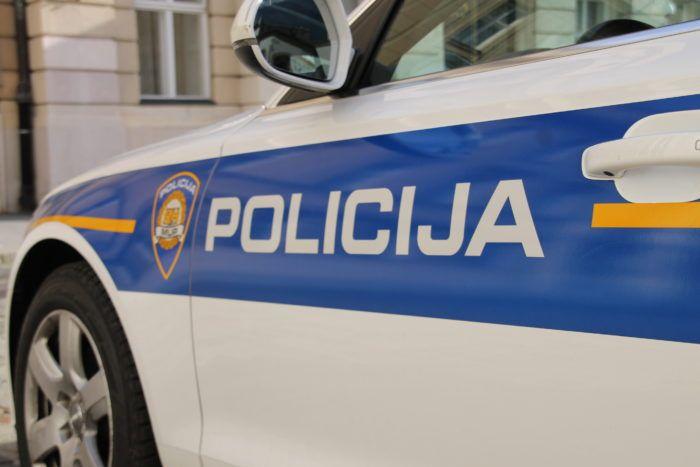 Srbijanski vozač kombijem punim migranata bježao od policije i prouzročio prometnu nesreću